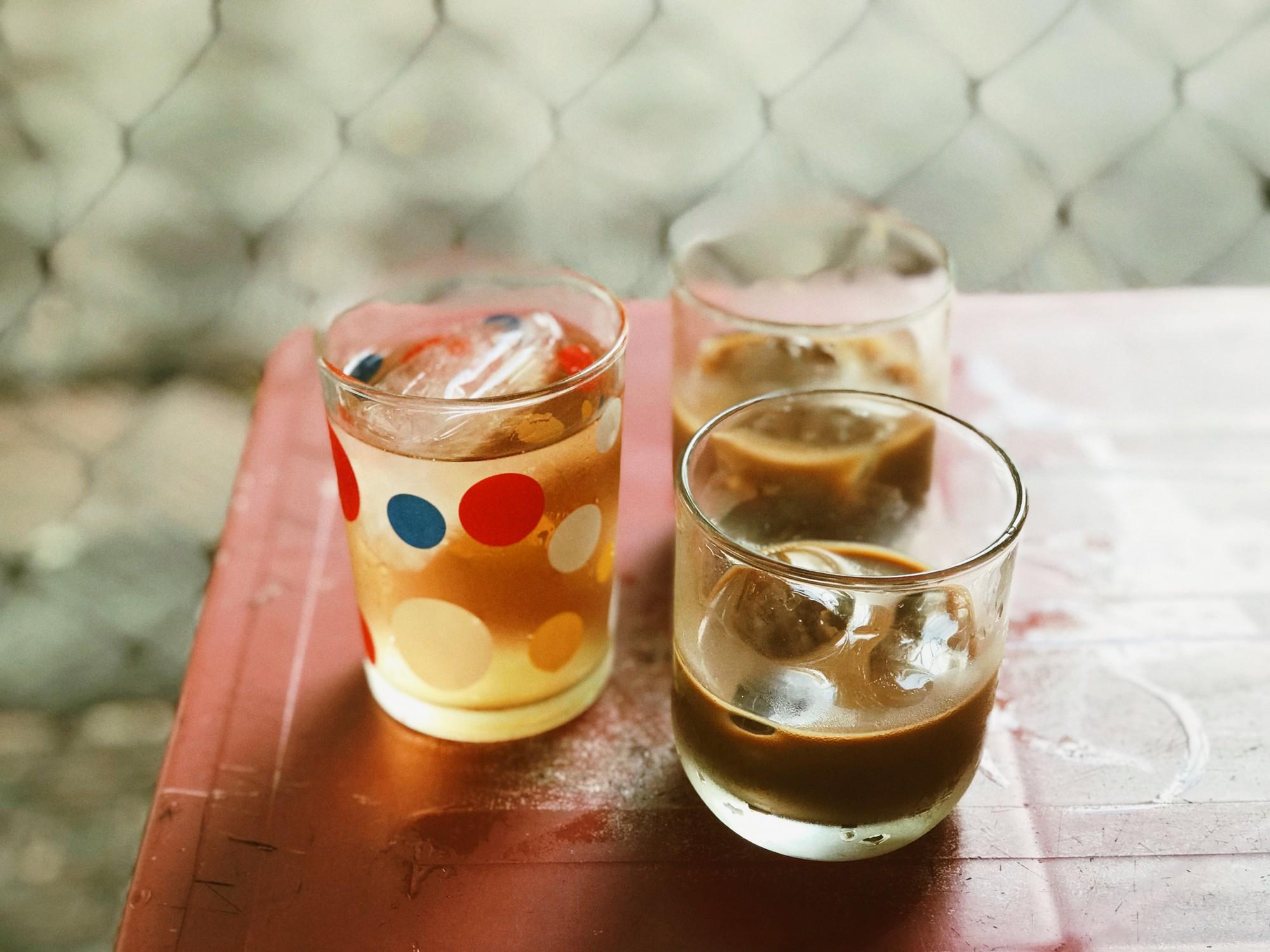 Cà phê chỉ khoảng 1/3 li nhưng đậm đặc kiểu người miền Trung hay uống